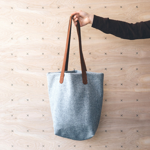 76e9cb8880733b63-twig-and-horn-wool-tote-bag-bison-leather-gray_grande